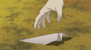 紙飛行機を拾うために波留が歩いてた