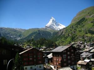 3000メートルの高さは途方も無い大きさだぞ。ツェルマット(写真のリゾート地)からマッターホルンの山頂までと同じくらいの高さだ。